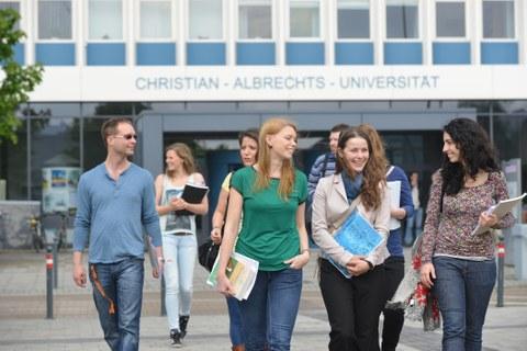 Studierende vor dem Universitätshochhaus