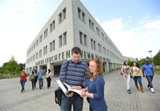 Studierende vor der Universitätsbibliothek, Foto: Thomas Eisenkrätzer, Copyright: Uni Kiel