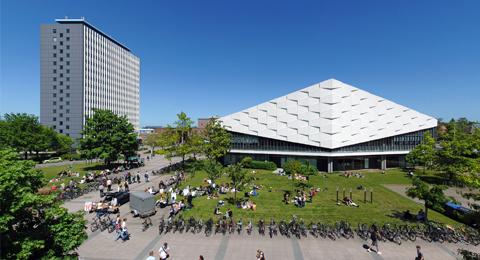 Studierende vor dem Auditorium Maximum (Audimax). Links im Bild ist das Universitäts-Hochhaus zu sehen. Foto: Jürgen Haacks / Uni Kiel