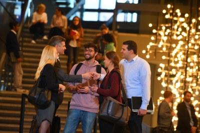 Alumni geben Visitenkarte an Studierende