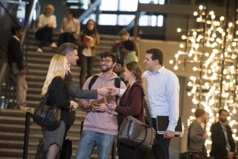 Studierende und Alumni beim Networking