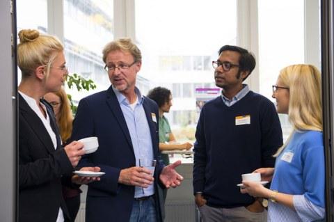 Studierende und Alumni im Gespräch auf Veranstaltung