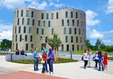 Students in front of the Kieler »Zentrum Molekulare Biowissenschaften« (ZMB), Photos: Thomas Eisenkrätzer, Copyright: Kiel University