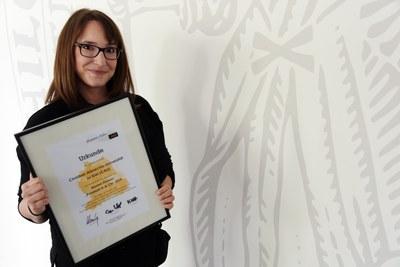 Mareike Mika (Alumni Management) mit Urkunde